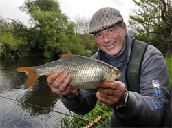 Fisher Tracker provides guiding services for anglers